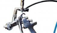 Aerografo di precisione con miscela aria colla regolabile, dotato di agganci rapidi e rubinetti.